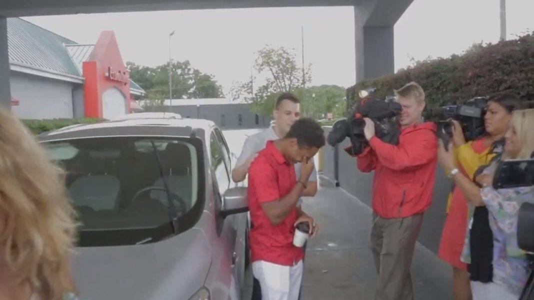 Joven de EE.UU. camina toda la noche para llegar al trabajo y recibe un auto como recompensa