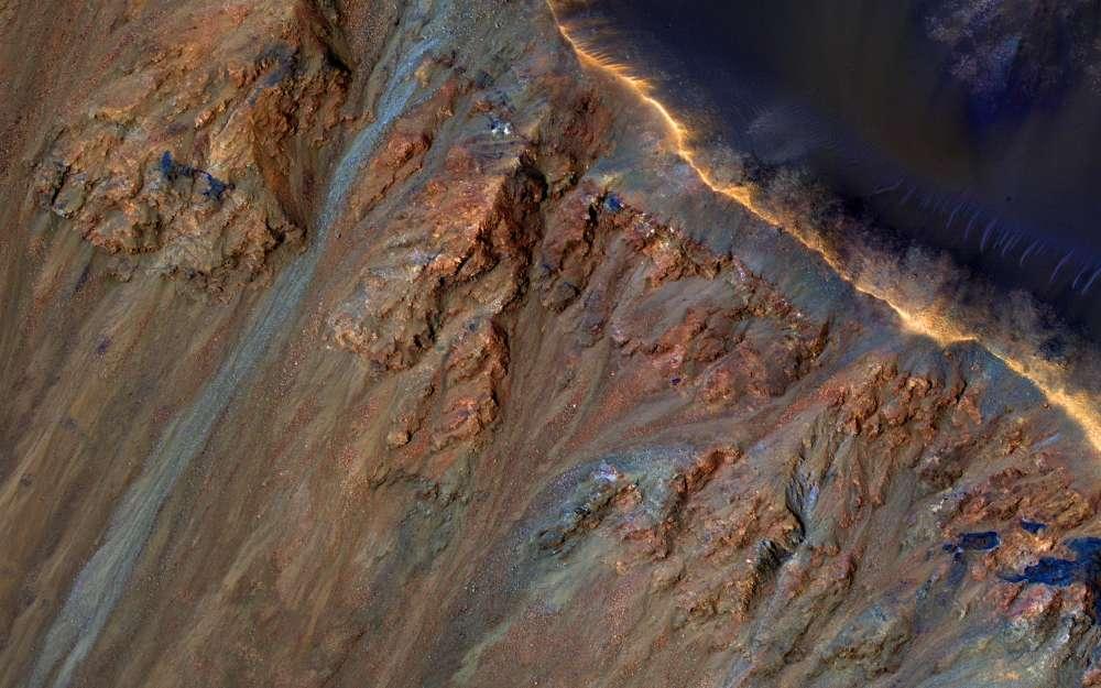 RSL en Marte (se ve abajo a la izquierda aquí en el cráter Krupac) son nuestra mejor evidencia previa de agua.