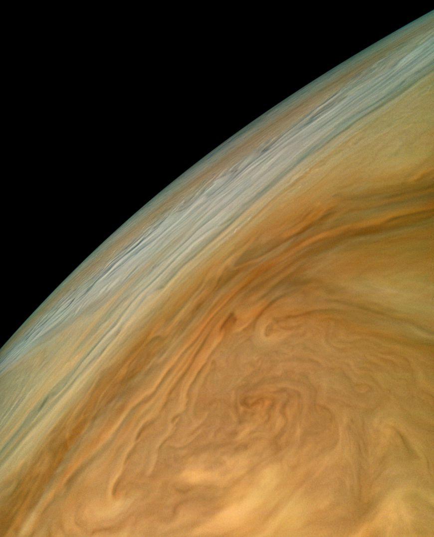 Nubes arremolinadas sobre Júpiter