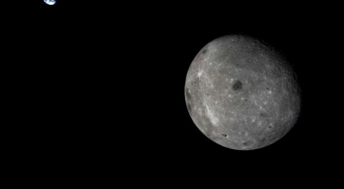 El lado lejano de la luna y la Tierra distante, fotografiado por el módulo de servicio de la misión Chang'e 5 T1 de China en 2014. La misión Chang'e 4 se lanzó hacia el lado lejano el 7 de diciembre de 2018