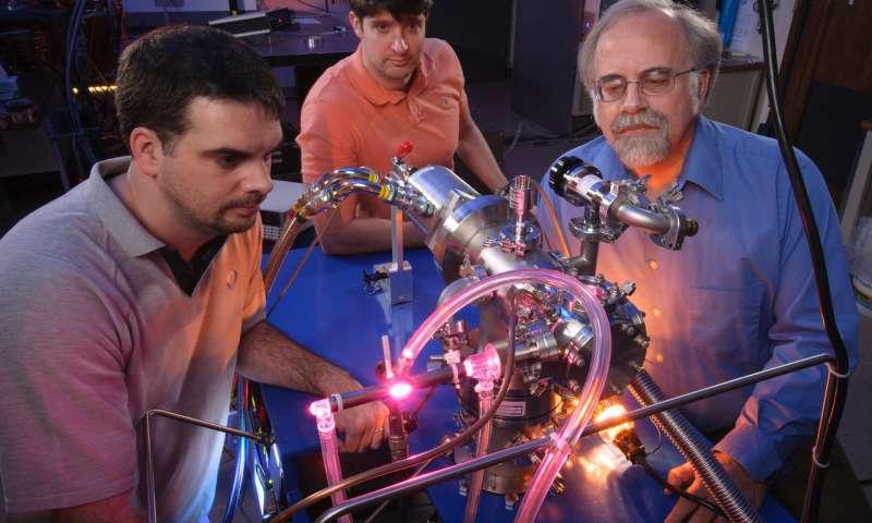 En el Laboratorio de Astrofísica y Astroquímica del Ames Research Center de la NASA, Michel Nuevo, Christopher Materese y Scott Sandford estudian los orígenes cósmicos de las moléculas que son importantes para la vida