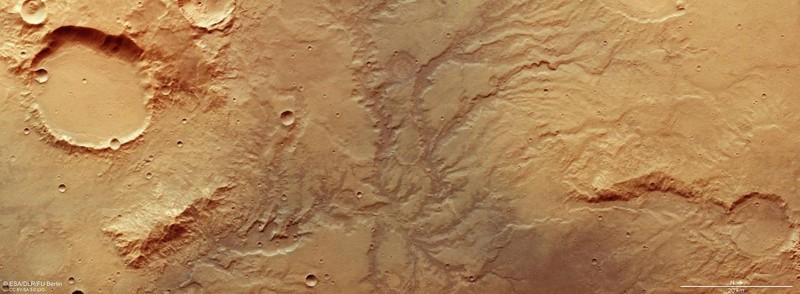 Los valles se formaron como lo harían en la tierra, con un fuerte flujo de agua que se abre camino a través del paisaje. Lo que está menos claro es de dónde vino el agua. Debido a la falta de conocimiento sobre el clima pasado de Marte, los científicos no pueden decir si provino de aguas subterráneas, precipitaciones, glaciares en fusión o algo inaudito
