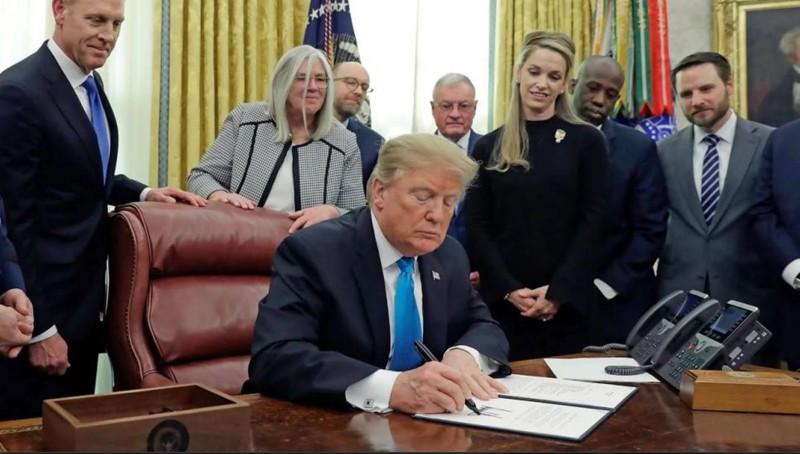 El presidente Donald Trump firma la Space Policy Directive-4 en la Oficina Oval de la Casa Blanca el 19 de febrero de 2019. SPD-4 ordena al Pentágono que establezca una Fuerza Espacial
