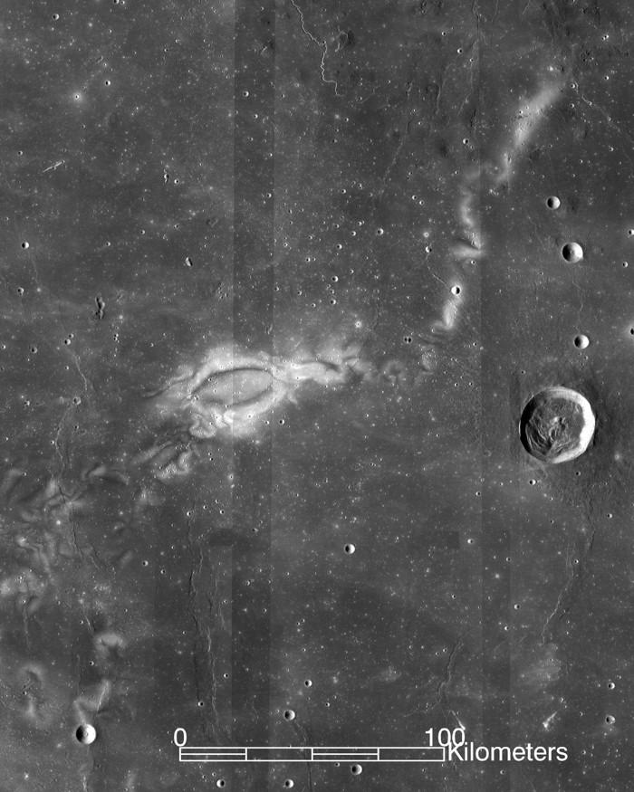 La investigación con datos de la misión ARTEMIS de la NASA sugiere que los remolinos lunares, como el remolino lunar Reiner Gamma que se toma en cuenta aquí por el Lunar Reconnaissance Orbiter de la NASA, podrían ser el resultado de las interacciones del viento solar con las bolsas aisladas del campo magnético de la Luna