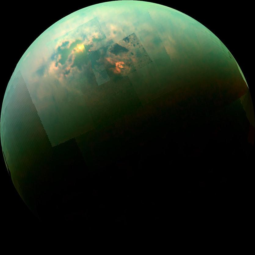 Una imagen compuesta de Cassini que muestra los lagos destellantes en el polo norte de Titán