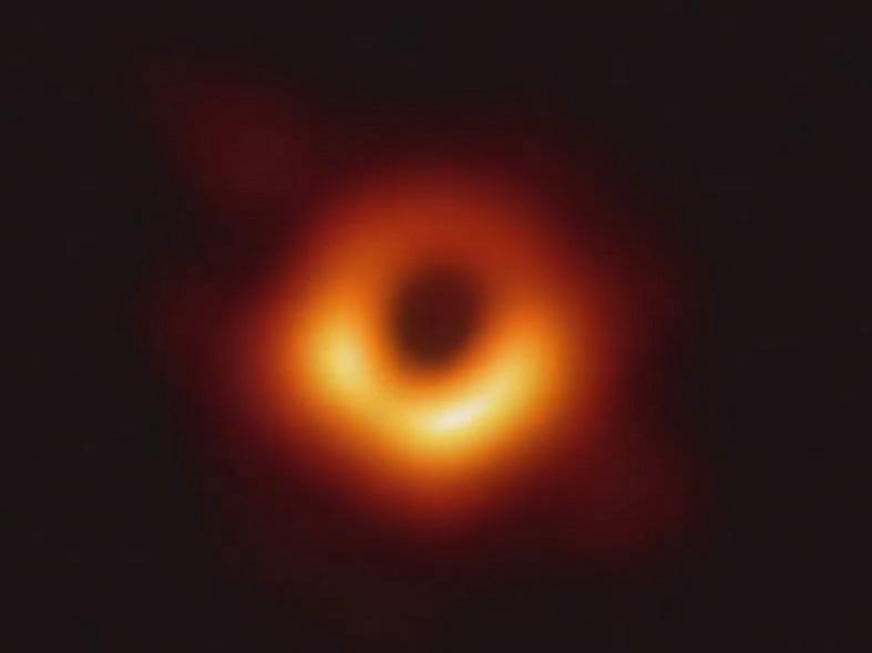 La primera imagen de un agujero negro muestra un anillo brillante con un punto oscuro y central. Ese anillo es un brillante disco de gas que orbita al gigante supermasivo en la galaxia M87, y la mancha es la sombra del agujero negro