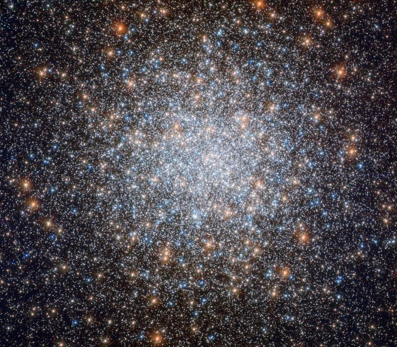 Con un increíble medio millón de estrellas, esta «chuchería» cósmica de 8 mil millones de años es uno de los cúmulos globulares más grandes y brillantes jamás descubiertos.