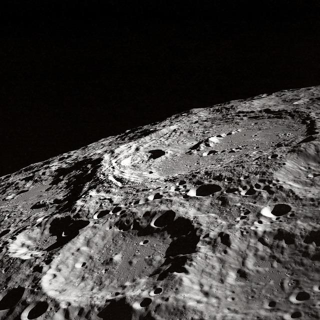 La superficie de la Luna está totalmente agrietada