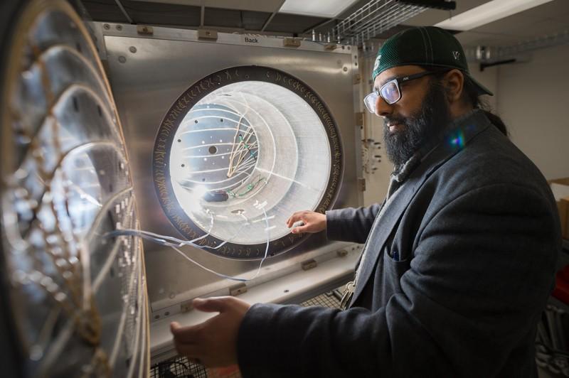 Jaideep Singh, profesor asistente en la instalación de MSU para Rare Isotope Beams, trabaja con un escudo magnético en su laboratorio