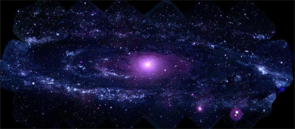 Este mosaico de 330 imágenes del observatorio Swift de la NASA muestra las estrellas recién formadas y calientes que emiten rayos UV presentes en la galaxia de Andrómeda. Desafortunadamente, ver nuestra propia Vía Láctea desde el plano galáctico es imposible en el ultravioleta, ya que el polvo es simplemente demasiado eficiente para bloquear la luz ultravioleta para que esas vistas sean útiles