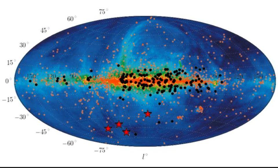 Las posiciones de las radios rápidas conocidas a partir de 2013, incluidas cuatro descubiertas, ayudan a probar los orígenes extragalácticos de estos objetos. Las emisiones de radio restantes muestran las ubicaciones de las fuentes galácticas como el gas de hidrógeno y los electrones