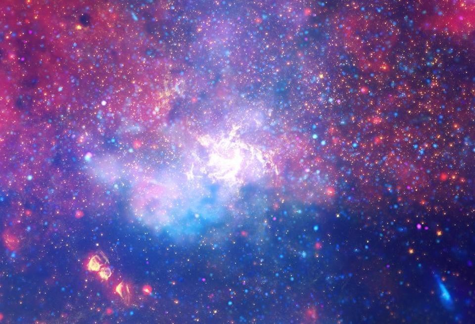 Esta vista de longitud de onda múltiple del centro galáctico de la Vía Láctea va desde la radiografía a la óptica y al infrarrojo, mostrando Sagittarius A * y el medio intragaláctico ubicado a unos 25.000 años luz de distancia