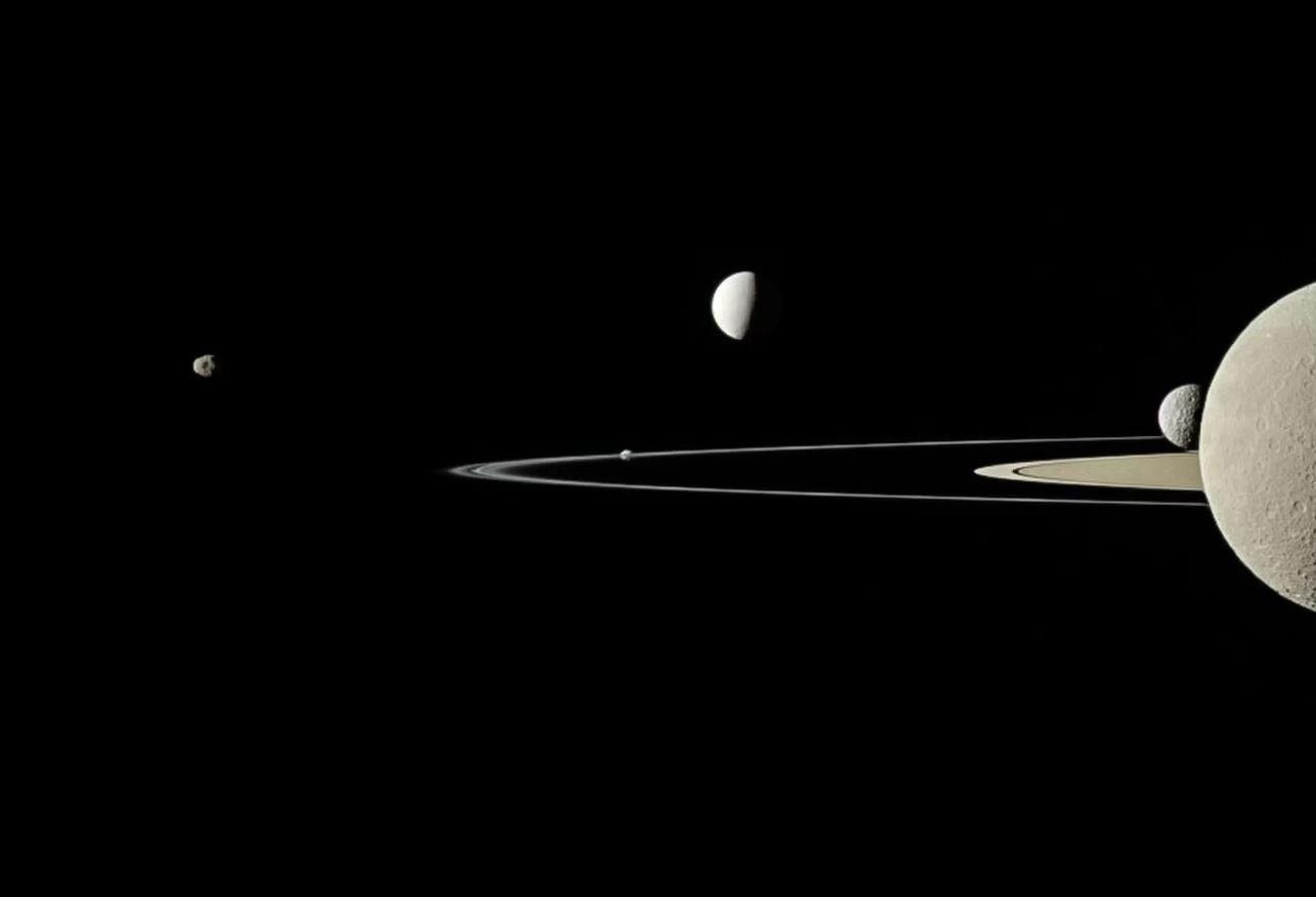 Cassini tomó este retrato parcial de los anillos y lunas de Saturno en julio de 2011. De izquierda a derecha, cinco lunas son visibles en esta imagen: Janus, Pandora (en el borde del anillo delgado cerca del centro de la imagen), Encelado, Mimas y Rhea