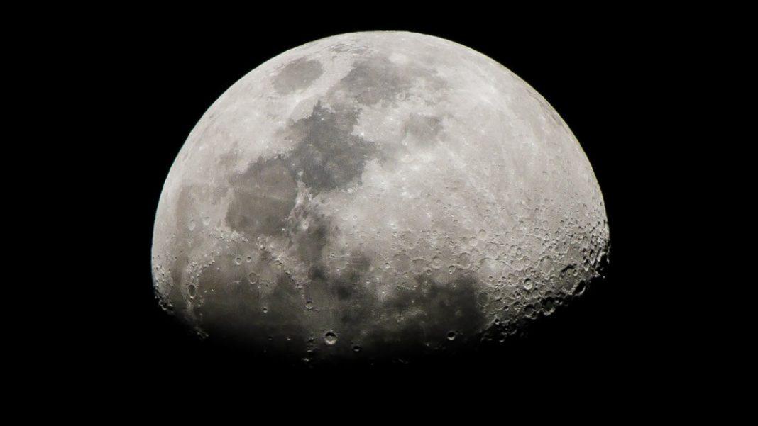 Astrónomos detectan una enorme masa metálica bajo un cráter de la Luna