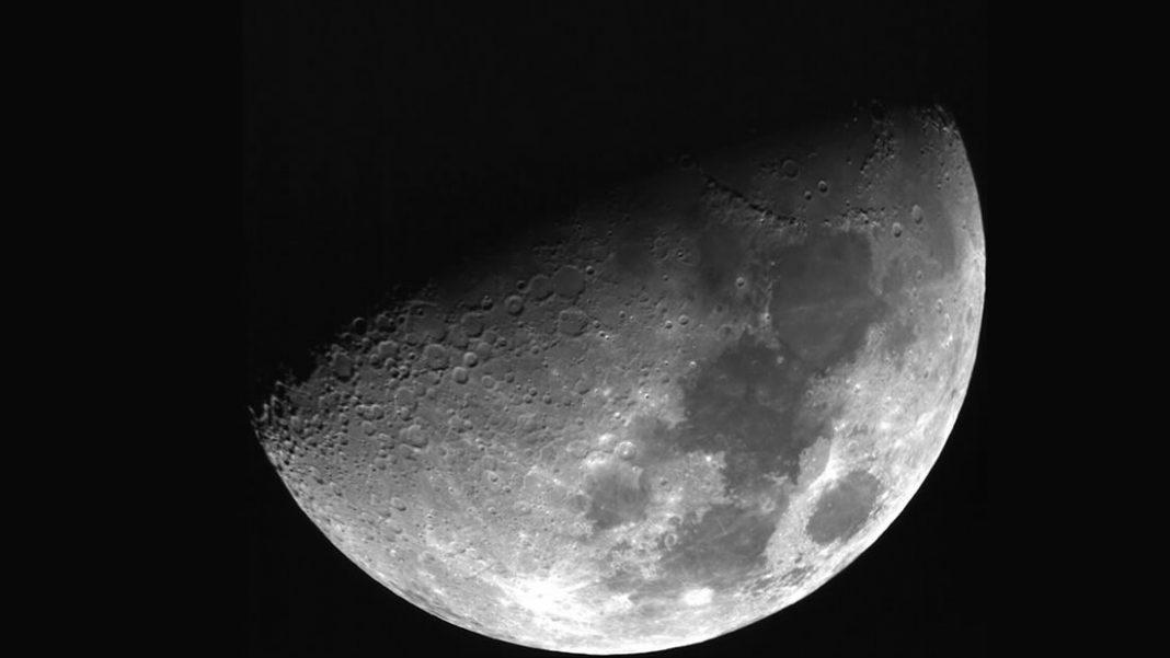 ¿Por qué la Luna sigue destellando hacia nosotros?