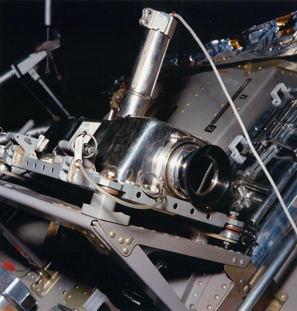 Arriba: Cámara de televisión lunar Apollo, ya que estaba montada en el costado del módulo lunar Apollo 11 cuando transmitió el «Un pequeño paso...» de Armstrong